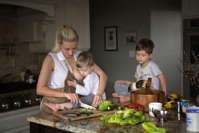 Работа без обеда и выходных — вся правда о материнстве в фото