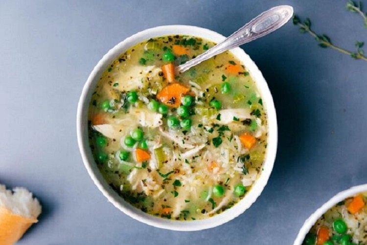 Рисовый суп с зеленым горошком