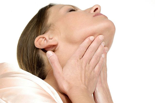 Какие упражнения помогут замедлить появление морщин на шее?