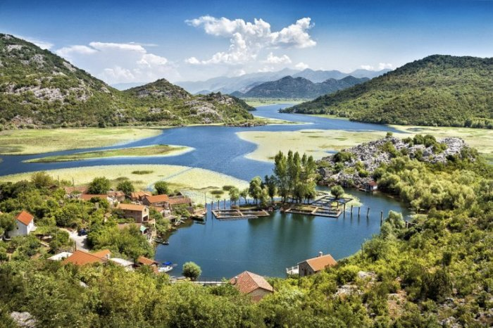 Является самым крупным натуральным пресноводным водоемом на Балканском полуострове.