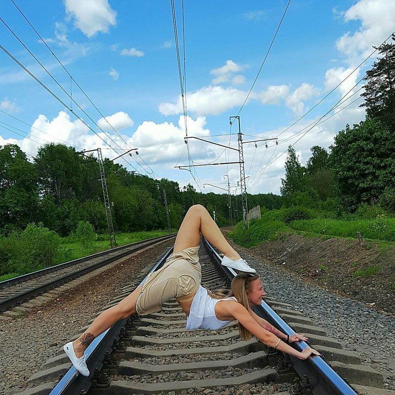 Самое место для акробатики девушки, на рельсах, поезда, странное, туалеты, юмор