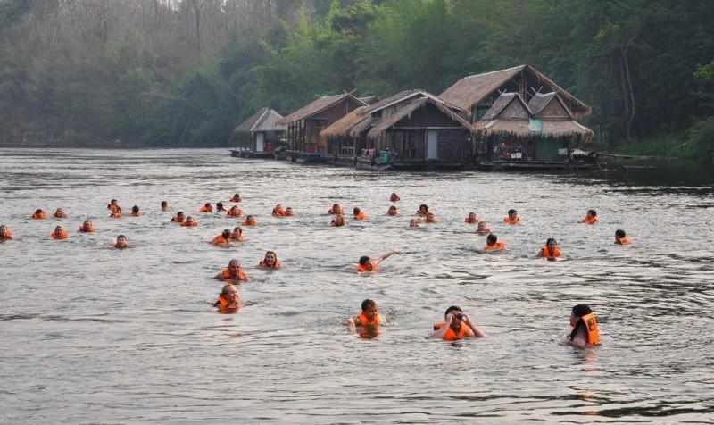 Сплав. Это, пожалуй, самое главное во всей экскурсии. Многие едут на Квай именно из-за сплава. Вы плывете на плоту и, в какой-то момент, вам дают команду прыгать в воду (в спасательных жилетах конечно). Вы прыгаете и река сама несет Вас. kwai, thailand, паттайя, река квай, тайланд