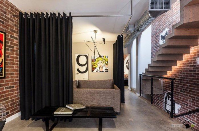 Шторы-перегородки являются прекрасной альтернативой обычным и скучным стенам. С помощью текстиля можно воплотить в жизнь самые смелые идеи и удачно разделить несколько зон.