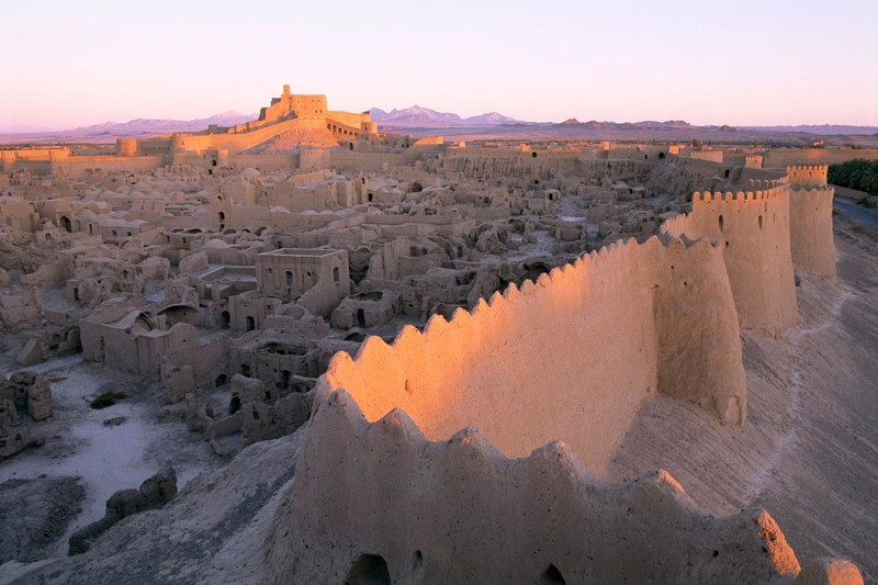 Древняя цитадель выглядит как гигантский замок из песка