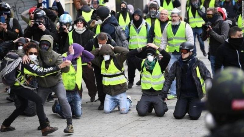 Кто разжигает революцию во Франции: Россия или США?