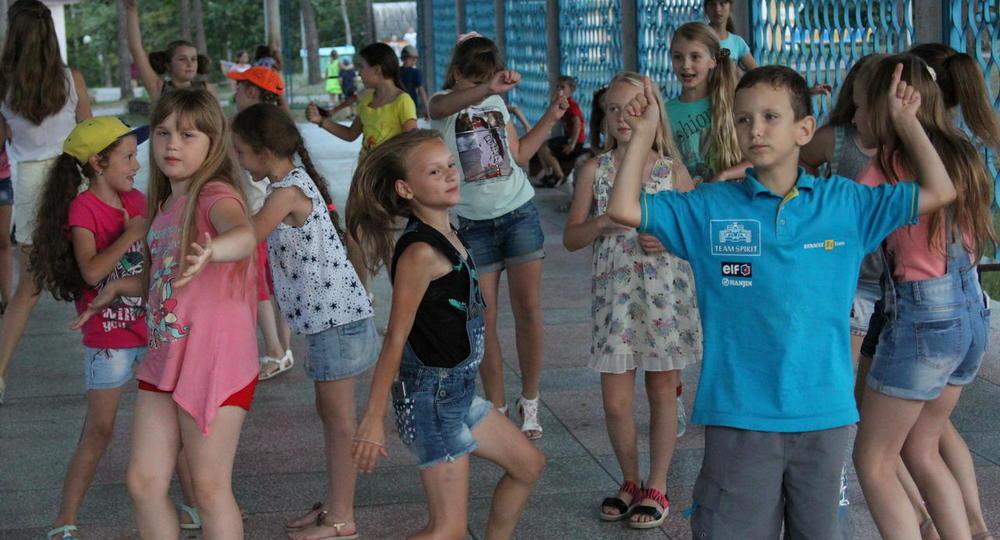 В детском лагере Новгородской области составили черный список слов и исполнителей