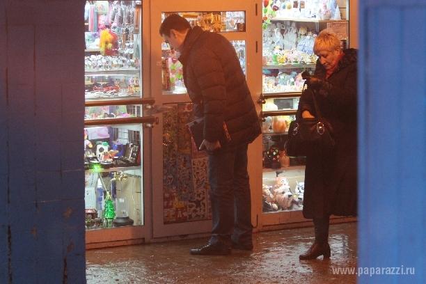 Дмитрий Дюжев выбирает подарки в подземном переходе