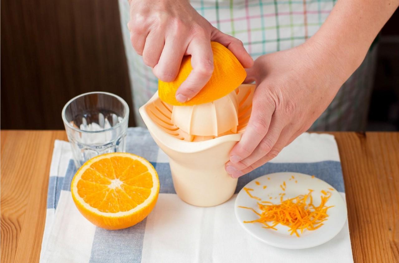 снимаем цедру с апельсина и выдавливаем сок