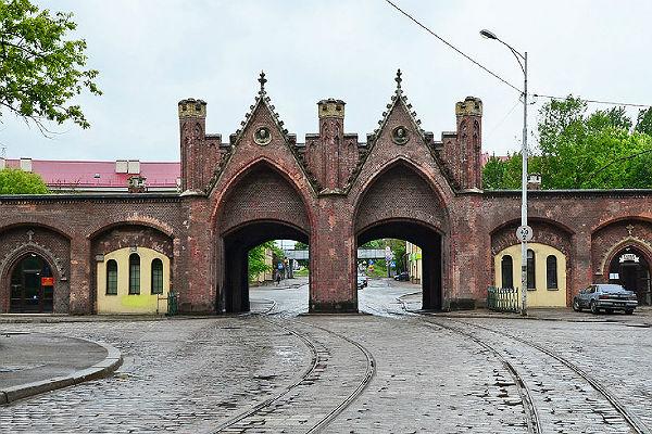 Старые Бранденбургские ворота скрипят по-новому