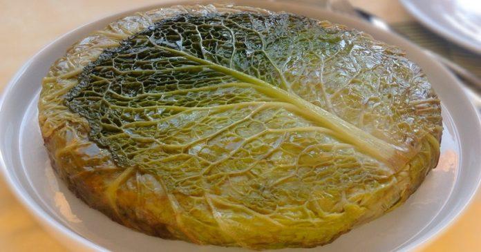 Оригинальный капустный пирог с соусом