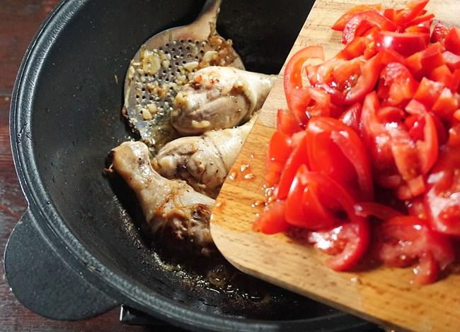 добавление помидоров в жаркое с курицей и нутом
