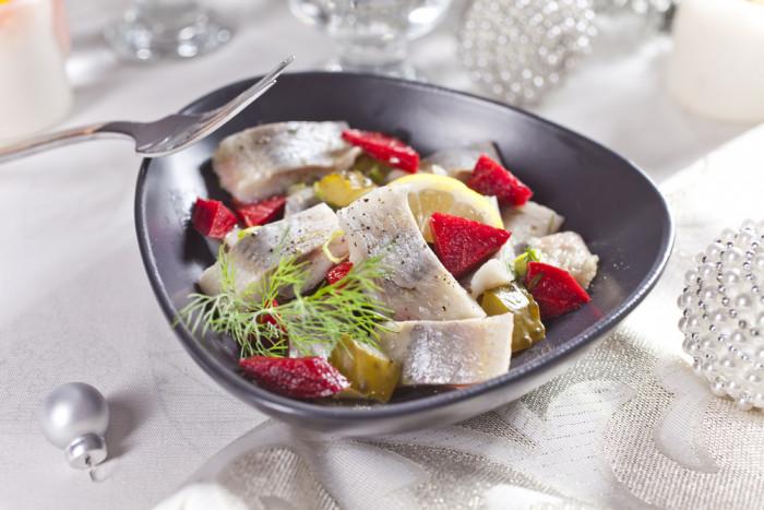 салат с сельдью и соленым огурцом