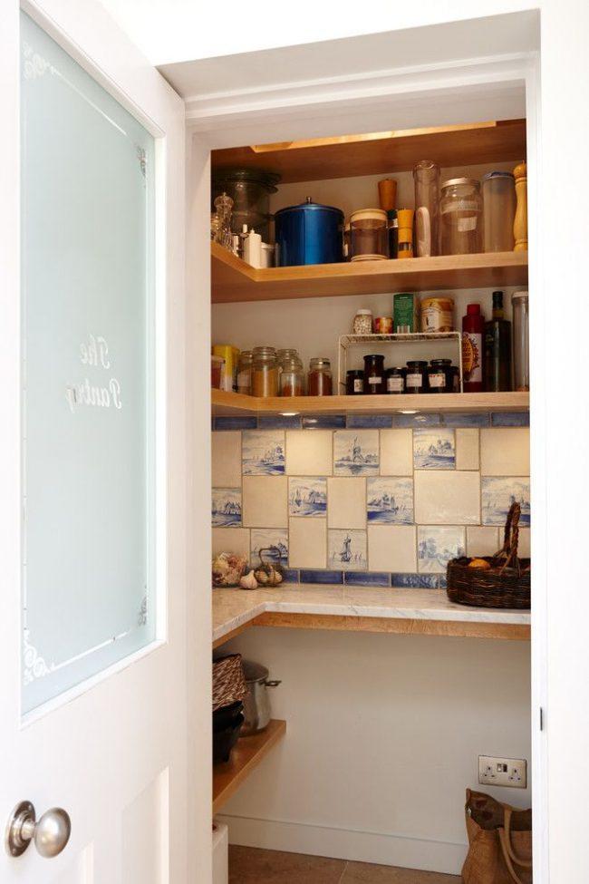 Ниша в стене с полками для хранения, вариант для тех, кто пользуется специями не так часто