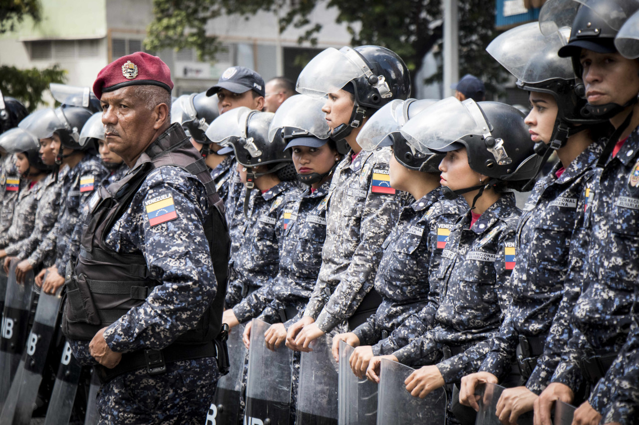 Военных Венесуэлы забрасываю…