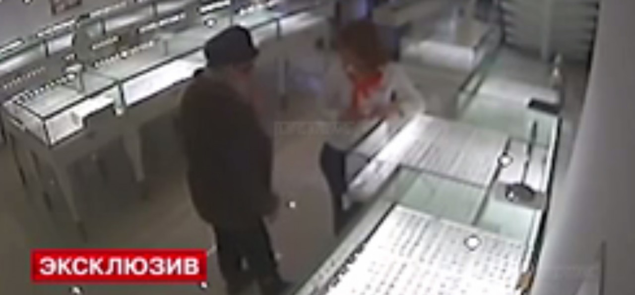 65-летняя пенсионерка напала на ювелирный салон с ножницами и молотком