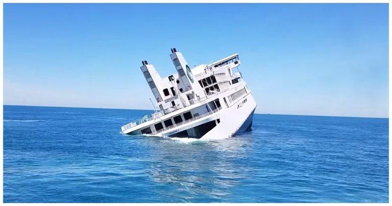 Затопление старого круизного парома в Атлантическом океане