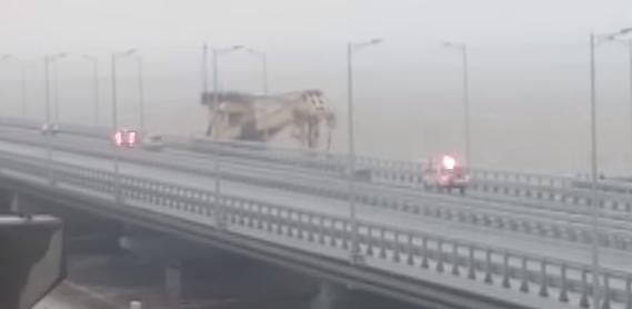 Врезавшийся в Крымский мост плавкран сняли на видео