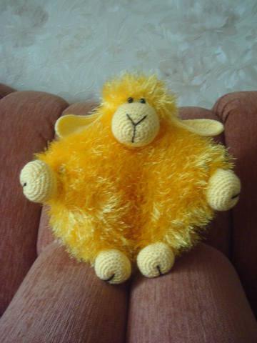 Вяжем диванную подушку овечку (идея для подарка на НГ в 2015 году)