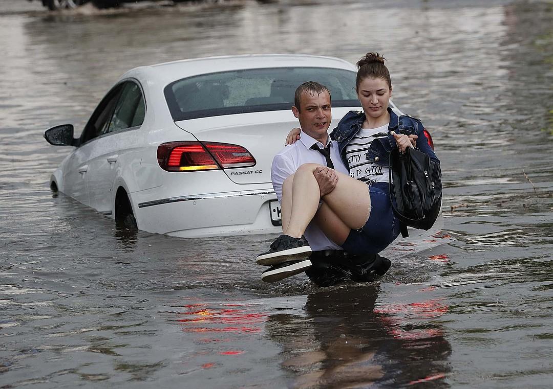 Нижегородец спас девушек из машин, тонущих в лужах и получил международную известность