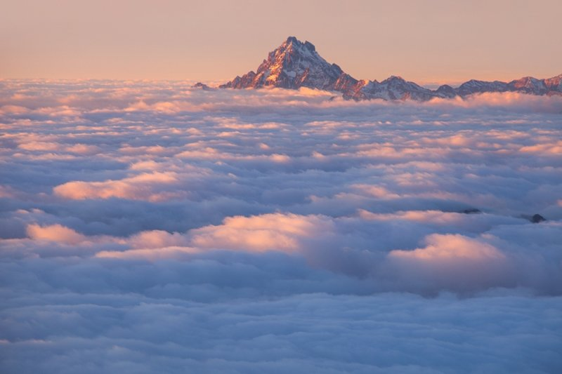 Из-за облаков выглядывает Монте-Визо (3841 метр) - высочайшая вершина Котских Альп горы, красиво, небо, облака, природа, творчество, фото, фотограф