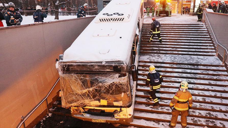 «Снялся с ручника, он поехал»: водитель обвинил автобус
