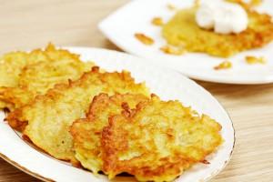 Картофельные деруны со сметаной