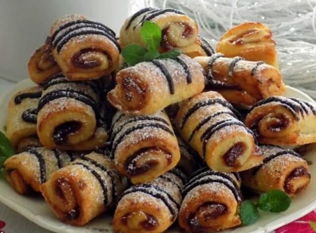 Быстрое творожное печенье в виде рулетиков с джемом и шоколадом