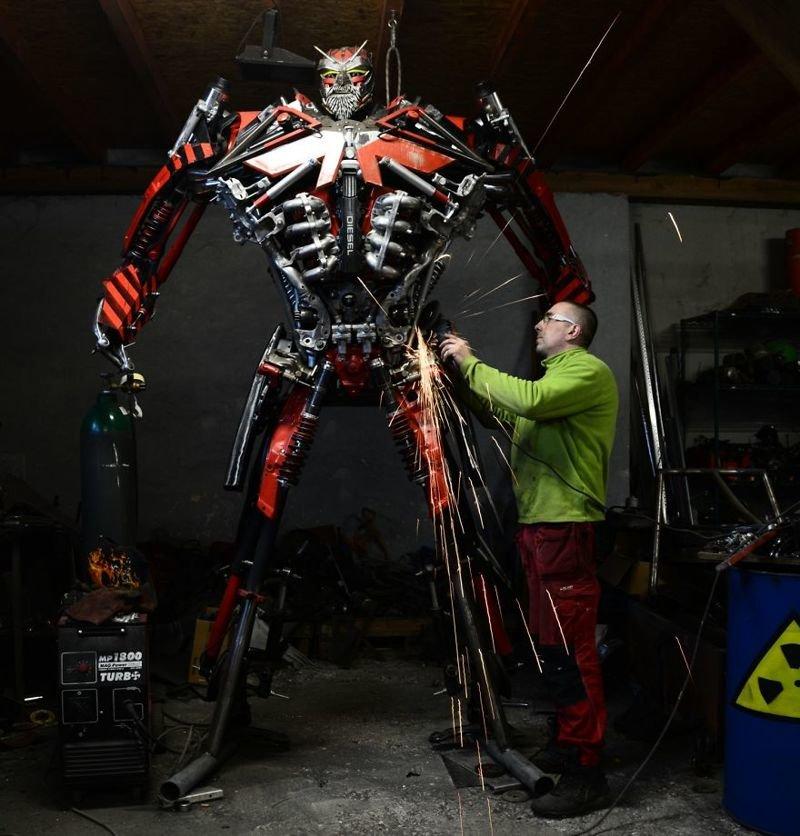 Польский мастер превращает груды металлома в потрясающие скульптуры