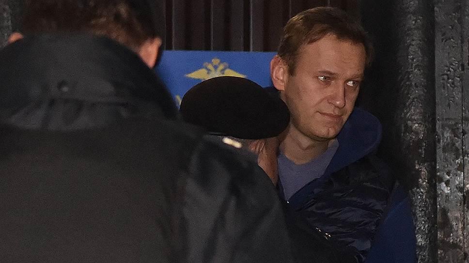 Дуэли не будет:Алексея Навального задержали на выходе из спецприемника