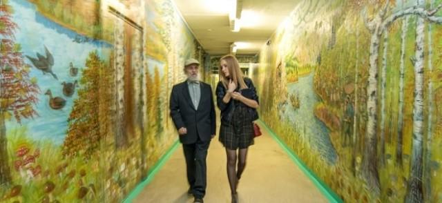 Сторож школы № 168 города Екатеринбурга Валерий Храмов сделал детям к началу учебного года настоящий подарок – превратил стены трехэтажного здания в картинную галерею!!!