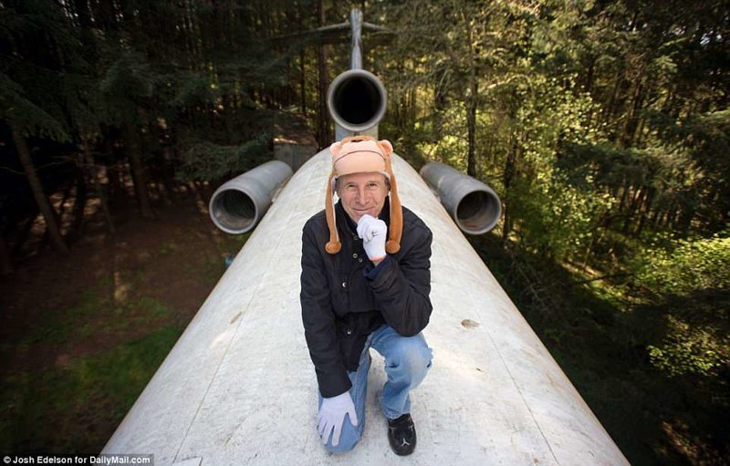 Американский пенсионер уже 15 лет живет в самолёте посреди леса