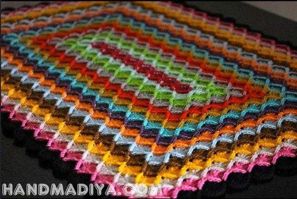 Плед из полосатых квадратов, связанный крючком