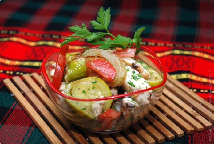 Теплый салат с кабачком и курицей