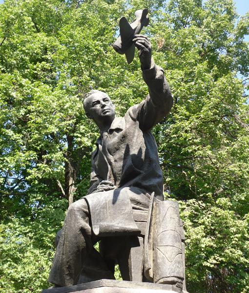 5.Памятник Н.Н.Поликарпову. Установлен в г.Орёл в сквере Поликарпова.
