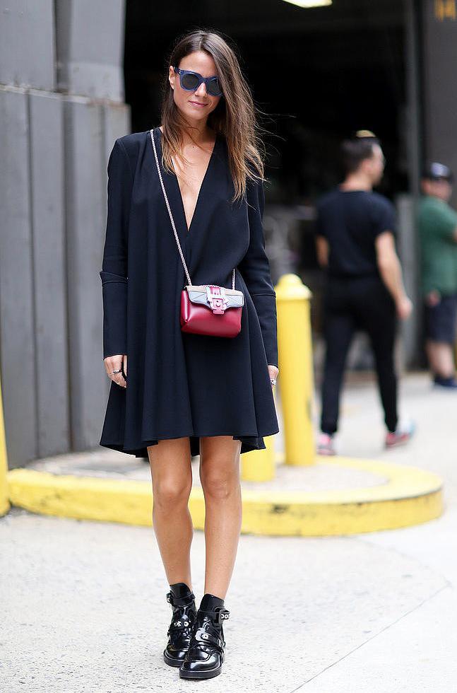 Девушка с маленькой сумочкой и в свободном платье