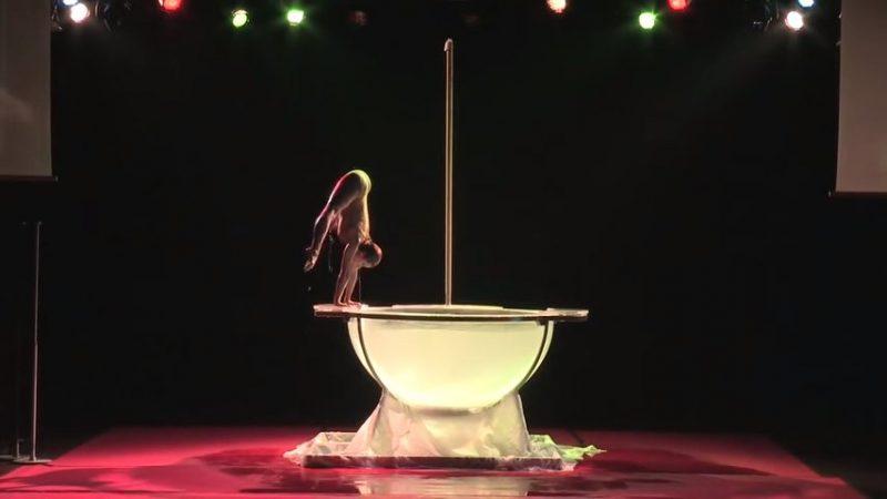 Умопомрачительное шоу девушки-русалки. Вода в чаше закипает от ее страсти!