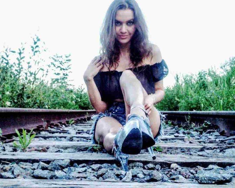 Одетые еще как-то более или менее. Ну, одежку испачкают... девушки, на рельсах, поезда, странное, туалеты, юмор