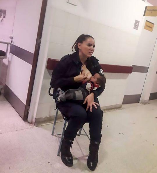 """Офицеру полиции пришлось кормить грудью брошенного врачами """"вонючего"""" ребенка"""