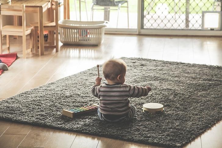 «Присмотри за ребенком, пока ему год не исполнится. А то он нам спать не дает»