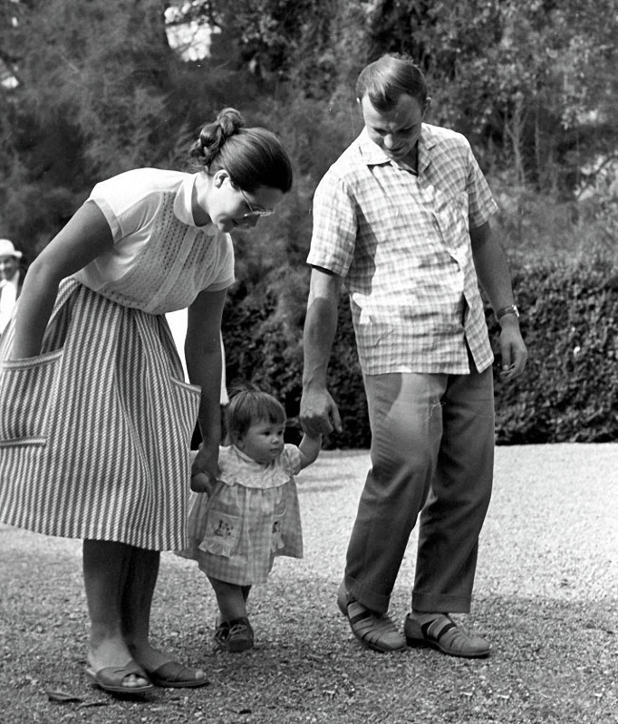 1105 Юрий Гагарин с женой Валентиной и дочерью Галочкой на прогулке.jpg