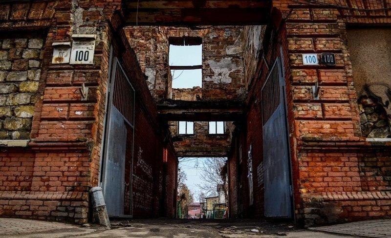 Хотя даже разваливающиеся здания имеют свой неповторимый шарм города, города украины, нищета, обратная сторона, разруха, трущобы, украина
