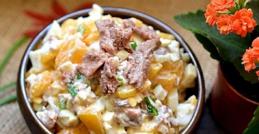 Вкусный салат с печенью трески и персиками: впереди еще много праздников!