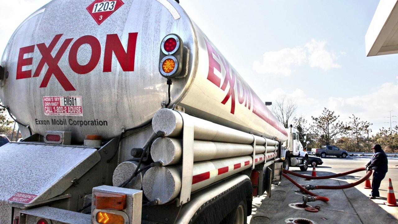 """WSJ: ExxonMobil просит власти США разрешить сотрудничать с """"Роснефтью"""" в обход санкций"""
