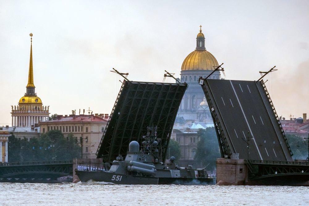 Боевые корабли прошли по Неве на репетиции военно-морского парада