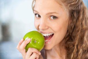 Пей молоко и яблоки жуй. Как питаться, чтобы зубы были здоровыми