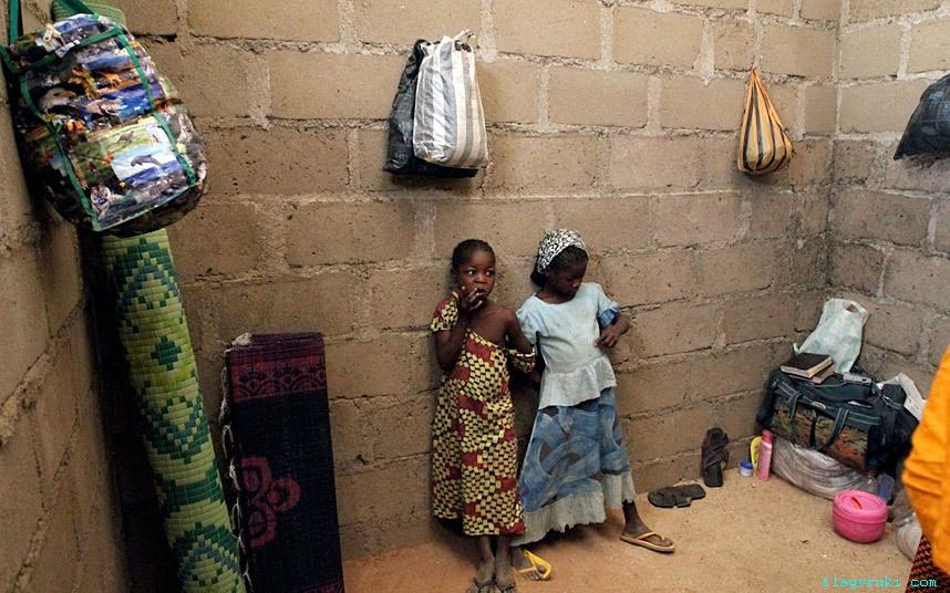 На фото: маленькие девочки, которым удалось бежать от атак «Боко харам» в Нигерии и Камеруне, позируют в своём временном убежище в городе Адамава.