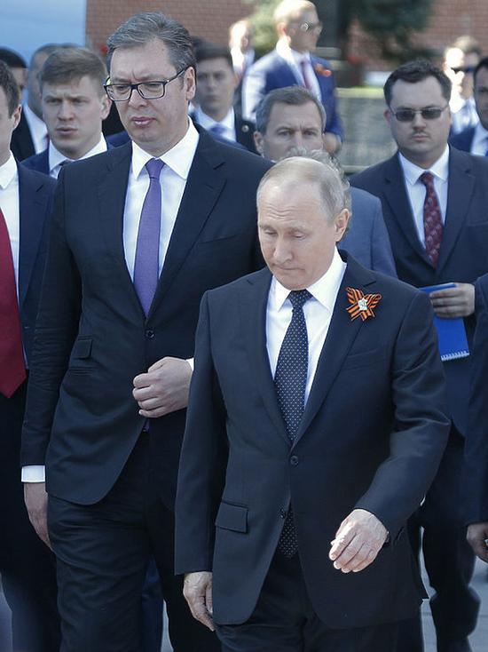 Президент Сербии сравнил признание Крыма российским с выстрелом в ногу