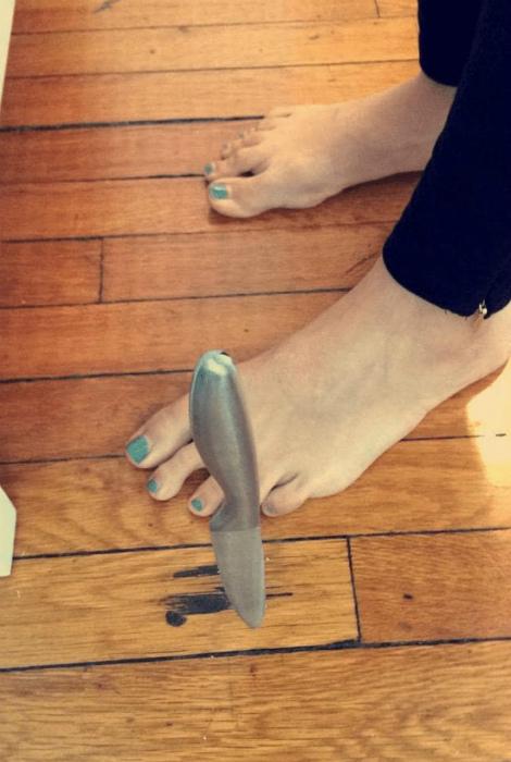 В сантиметре от ноги.