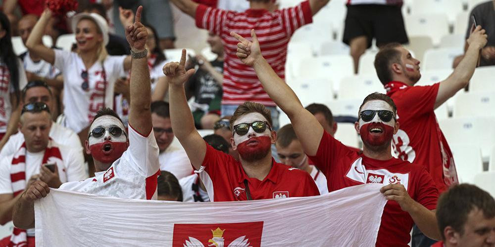 Польские болельщики исполнили «Калинку»  перед зданием ФСБ