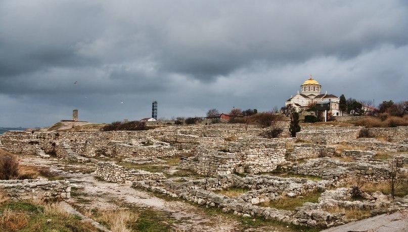 Крымские пейзажи: чудеса природы и древние руины.